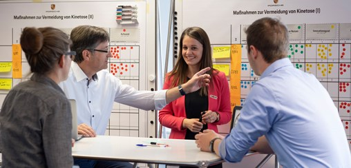 Interactive and agile: Uwe Reuter (2nd from left) and his team of engineers and data scientists are working on the innovations of the future. Photo: Porsche Consulting