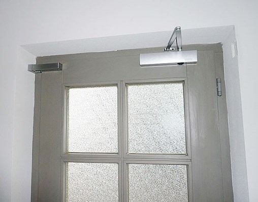 Door damper installed horizontally on closing edge